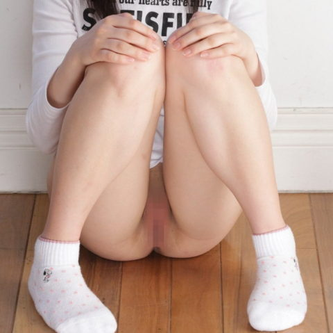 体育座り(三角座り)してるノーパン女子のエロさは異常wwwwwwwww(33枚)・31枚目