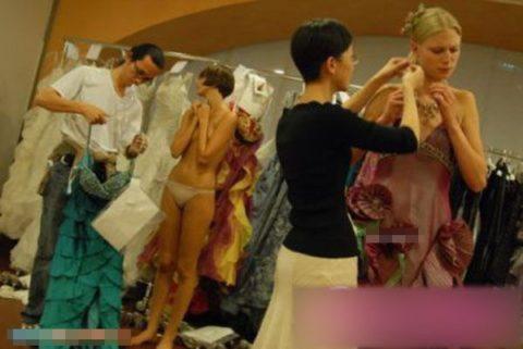【画像】ファッションショーの舞台裏がヌード女子ばかりでエロ過ぎwwwwww・32枚目
