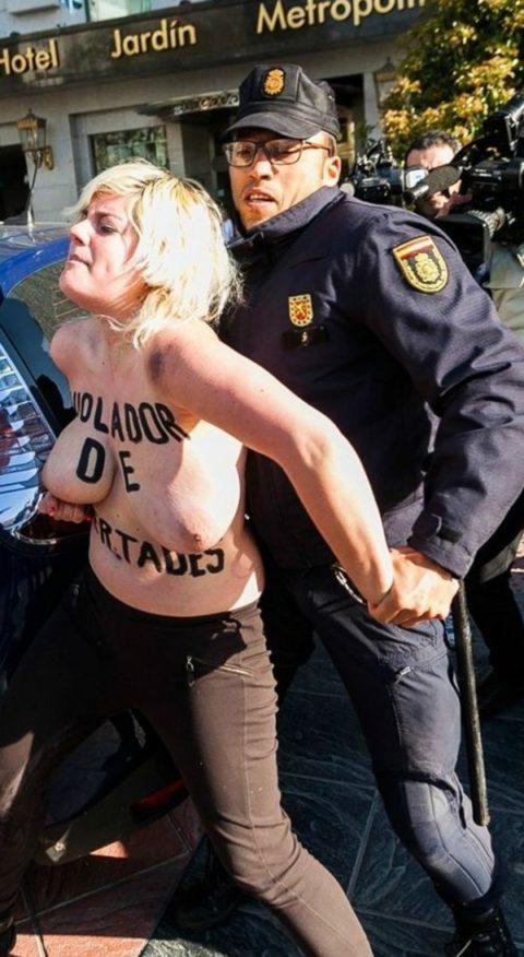 デモでおっぱい晒して警察に取り押さえられる海外美女のエロ画像集(34枚)・32枚目