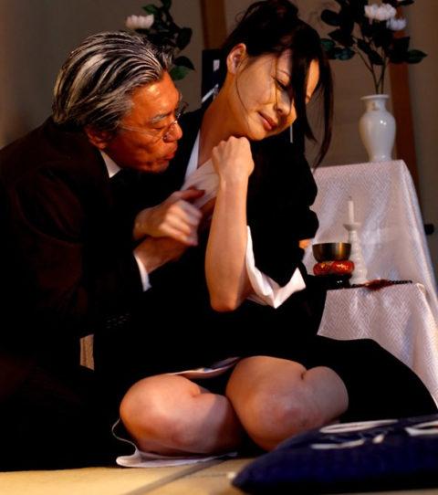 【喪服】エロい妄想しか出てこない未亡人のエロ画像集(35枚)・33枚目