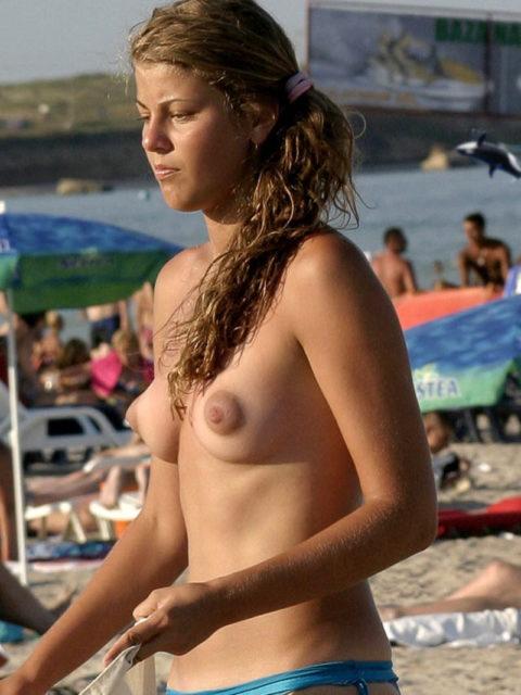 ヌーディストビーチで見つけたら勃起不可避なおっぱいがこちら(画像38枚)・33枚目