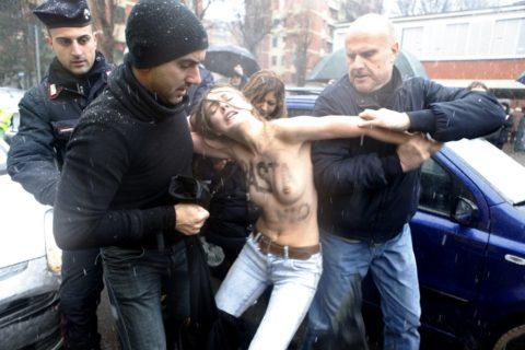 デモでおっぱい晒して警察に取り押さえられる海外美女のエロ画像集(34枚)・34枚目