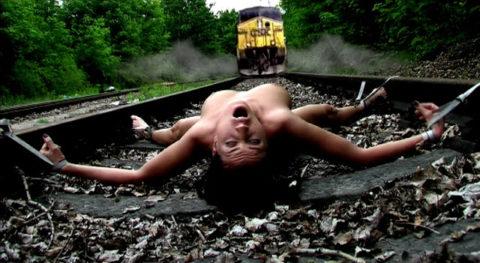 【調教】線路上に放置されて恐怖にひきつった女たちのエロ画像集(37枚)・35枚目