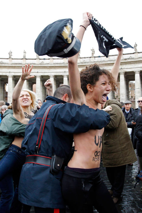 デモでおっぱい晒して警察に取り押さえられる海外美女のエロ画像集(34枚)・4枚目