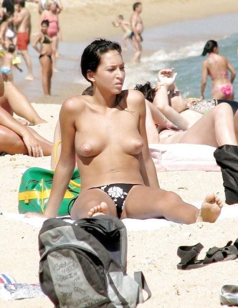 ヌーディストビーチで見つけたら勃起不可避なおっぱいがこちら(画像38枚)・4枚目