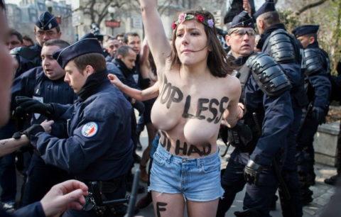 デモでおっぱい晒して警察に取り押さえられる海外美女のエロ画像集(34枚)・6枚目