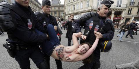 デモでおっぱい晒して警察に取り押さえられる海外美女のエロ画像集(34枚)・7枚目