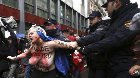 デモでおっぱい晒して警察に取り押さえられる海外美女のエロ画像集(34枚)・9枚目