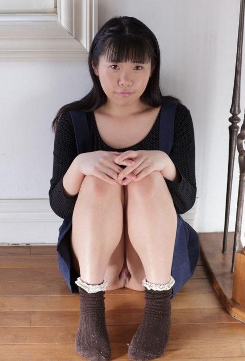 体育座り(三角座り)してるノーパン女子のエロさは異常wwwwwwwww(33枚)・9枚目