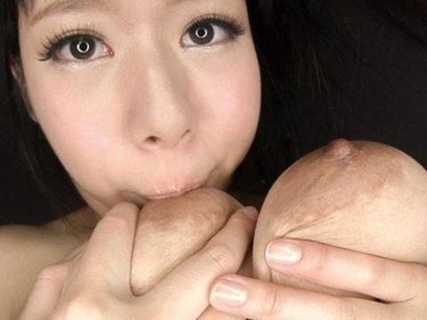 自分で乳首舐めて巨乳アピールしてる女さんのエロ画像集(38枚)