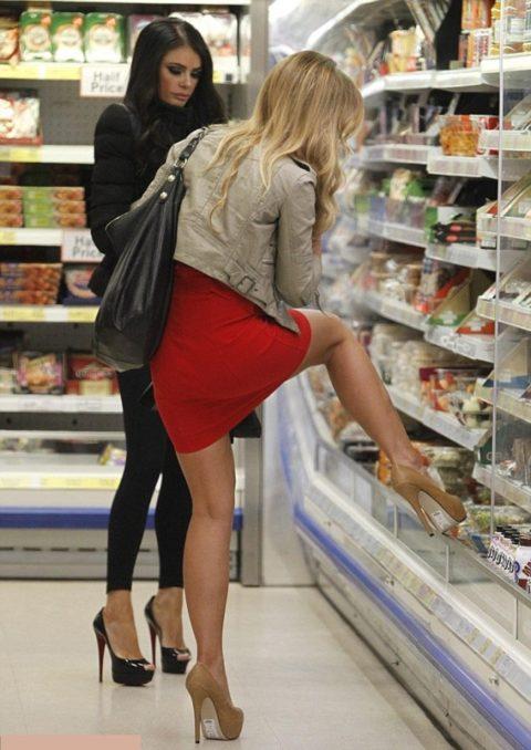 【海外】スーパーで挑発してくるエロ美女が多すぎて買い物に集中できんわ!!!(画像35枚)・1枚目