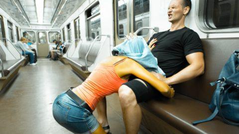 バスや電車内でハレンチ行為を行う迷惑カップルのエロ画像(33枚)・10枚目