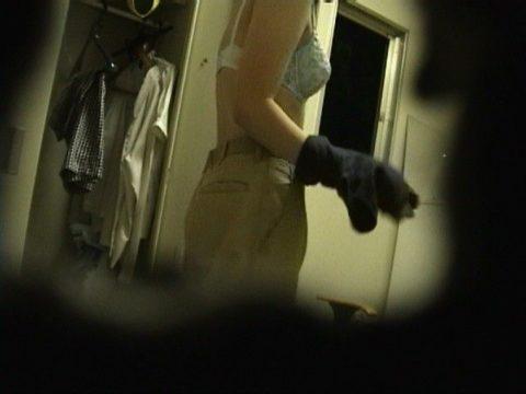 【盗撮】見ちゃいけないと思うと興奮する女子更衣室の着替えエロ画像(38枚)・12枚目