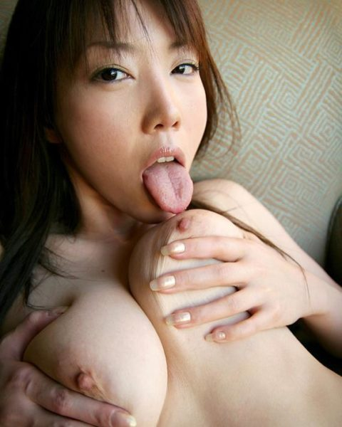 自分で乳首舐めて巨乳アピールしてる女さんのエロ画像集(38枚)・13枚目