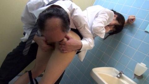 【肉便器】便所で性欲処理に使われてるOLさんのエロ画像集(38枚)・14枚目