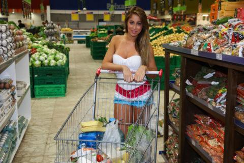 【海外】スーパーで挑発してくるエロ美女が多すぎて買い物に集中できんわ!!!(画像35枚)・18枚目