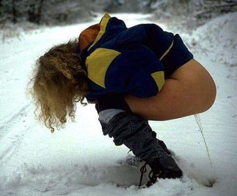 【野外放尿】雪の上でオシッコしたらこうなるwwwwwwwww(画像25枚)・18枚目