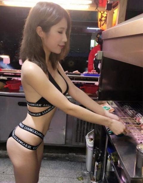 台湾の屋台の売り子さん、谷間 で客引きをしてる件。。(エロ画像53枚)・38枚目