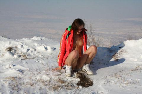 【野外放尿】雪の上でオシッコしたらこうなるwwwwwwwww(画像25枚)・19枚目