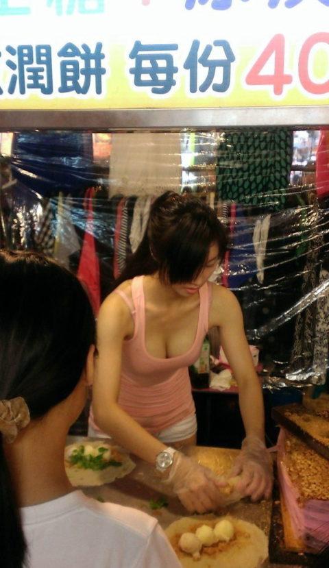 台湾の屋台の売り子さん、谷間 で客引きをしてる件。。(エロ画像53枚)・39枚目