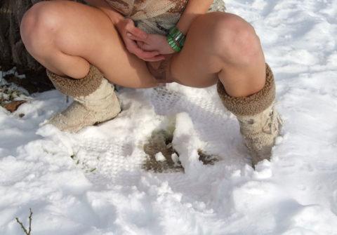 【野外放尿】雪の上でオシッコしたらこうなるwwwwwwwww(画像25枚)・2枚目