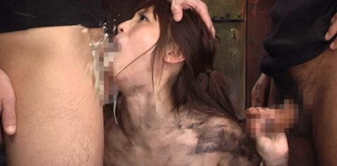 【閲覧注意】イラマチオで喉奥突かれてゲロってる女のグロ画像集(34枚)・20枚目