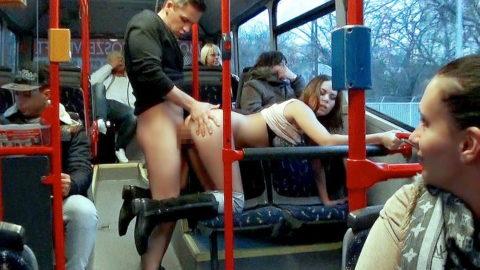 バスや電車内でハレンチ行為を行う迷惑カップルのエロ画像(33枚)・24枚目