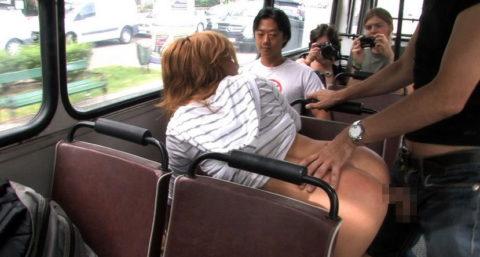 バスや電車内でハレンチ行為を行う迷惑カップルのエロ画像(33枚)・25枚目