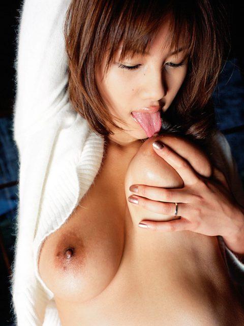 自分で乳首舐めて巨乳アピールしてる女さんのエロ画像集(38枚)・27枚目