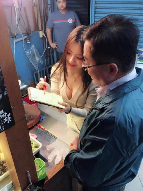 台湾の屋台の売り子さん、谷間 で客引きをしてる件。。(エロ画像53枚)・48枚目