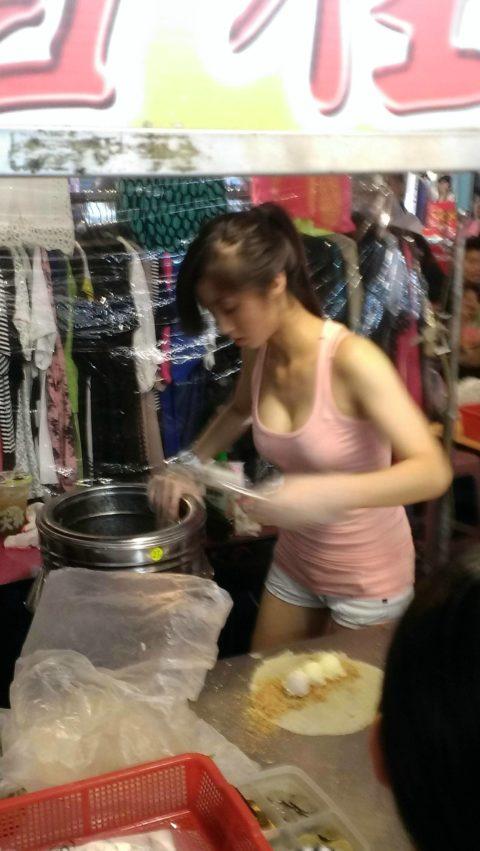 台湾の屋台の売り子さん、谷間 で客引きをしてる件。。(エロ画像53枚)・52枚目