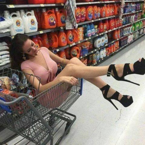 【海外】スーパーで挑発してくるエロ美女が多すぎて買い物に集中できんわ!!!(画像35枚)・4枚目