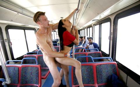 バスや電車内でハレンチ行為を行う迷惑カップルのエロ画像(33枚)・4枚目