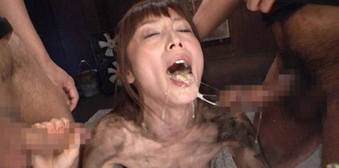 【閲覧注意】イラマチオで喉奥突かれてゲロってる女のグロ画像集(34枚)・7枚目