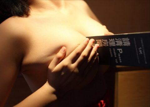 オナニーが捗る巨乳女子の疑似パイズリエロ画像集(32枚)・8枚目