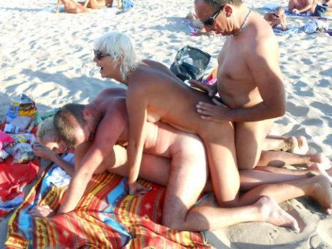 ヌーディストビーチで乱交してる破廉恥外人たちのエロ画像集(34枚)・1枚目