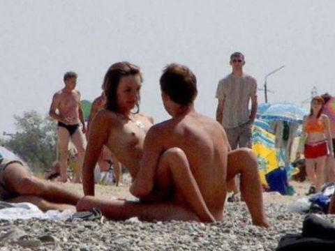 ヌーディストビーチで果敢にセックスしちゃう外国人のエロ画像集(37枚)・1枚目