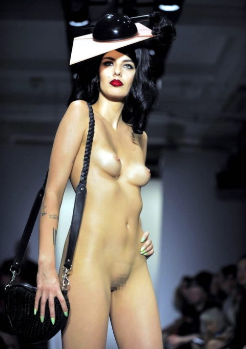 【丸出し】ファッションショーのモデルさん、マンコ見られたって意に介さず。(画像あり)・1枚目