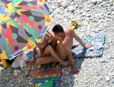 ヌーディストビーチで果敢にセックスしちゃう外国人のエロ画像集(37枚)・11枚目