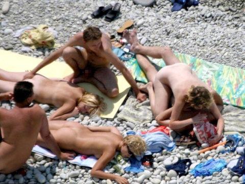 ヌーディストビーチで乱交してる破廉恥外人たちのエロ画像集(34枚)・12枚目