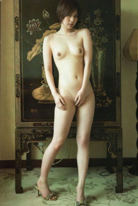 最後の砦、マンコを手で隠してる全裸女子のいじらしいエロ画像(49枚)・12枚目