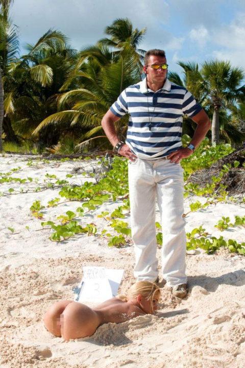 【無法地帯】海外のビーチで悪ノリするまんさん、日本なら即逮捕・・・・11枚目