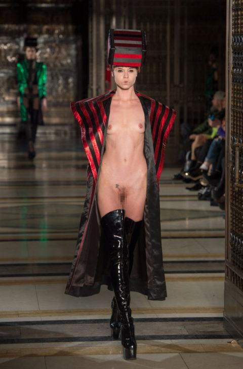 【丸出し】ファッションショーのモデルさん、マンコ見られたって意に介さず。(画像あり)・13枚目