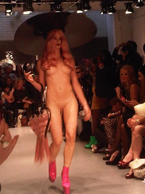 【丸出し】ファッションショーのモデルさん、マンコ見られたって意に介さず。(画像あり)・14枚目