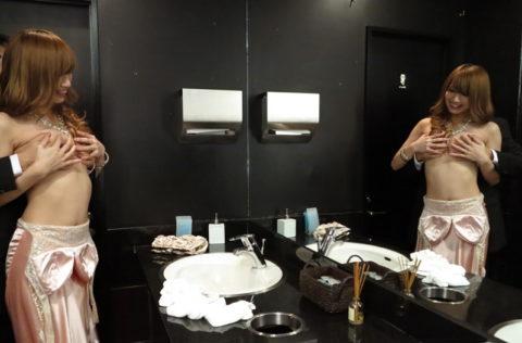 【有能】No1キャバ嬢がトイレで行っている枕営業が撮影されるwwwwwww(画像あり)・15枚目