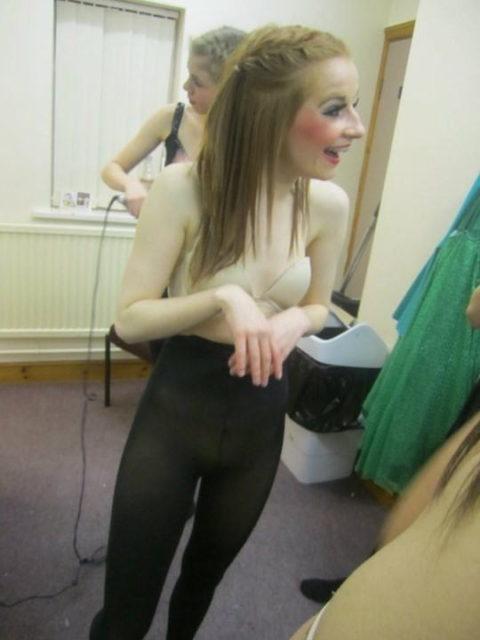 【画像】舞台ダンサーの楽屋、生着替えパラダイスでエロ過ぎ。(31枚)・16枚目