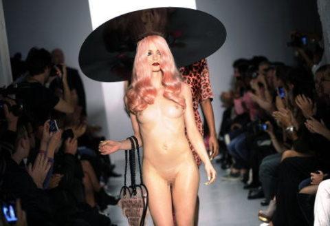 【丸出し】ファッションショーのモデルさん、マンコ見られたって意に介さず。(画像あり)・18枚目