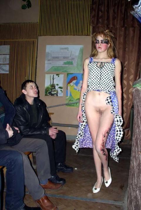 【丸出し】ファッションショーのモデルさん、マンコ見られたって意に介さず。(画像あり)・2枚目