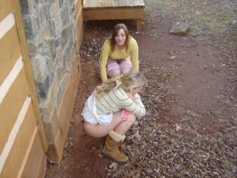 【野外放尿】みんなでやれば怖くない!?海外女子の集団野ションのエロ画像(40枚)・3枚目