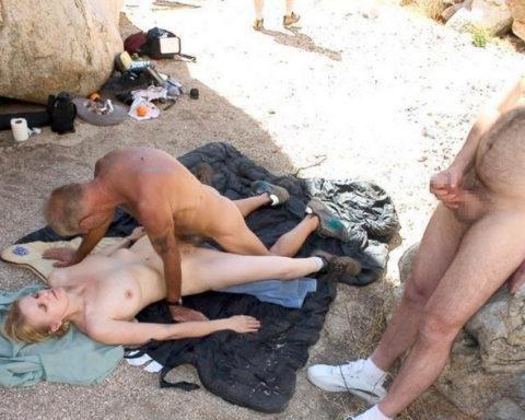ヌーディストビーチで乱交してる破廉恥外人たちのエロ画像集(34枚)・21枚目